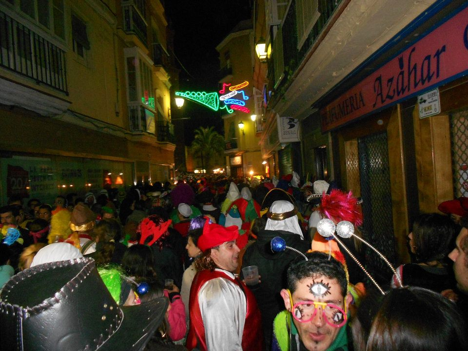 This is what it looks like to walk through the streets of Cadíz on the Saturday of Carnaval